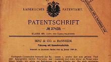 Nachgestellte Szene: Bertha Benz fuhr 1888 zu den Eltern nach Pforzheim. Der Trip im Patent-Motorwagen gilt als erste Langstreckenfahrt der Automobilgeschichte. (Bild: Daimler/dpa/tmn)Der Patent-Motorwagen von Carl Benz gilt als das erste Auto der Welt. Es war ein Dreirad ohne Dach und mit weniger als einem PS. Erste Fahrten machte Benz 1885. (Bild: Daimler/dpa/tmn)«Vollständiger Ersatz für Wagen mit Pferden»: Dieser Werbeslogan sollte die Bevölkerung vom Benz Patent-Motorwagen überzeugen. (Bild: Daimler/dpa/tmn)29. Januar 1886: Das Datum der Patentanmeldung gilt als Geburtstag des Automobils, die Patentschrift Nummer 37435 als seine Geburtsurkunde. (Bild: Daimler/dpa/tmn)