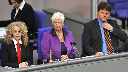 Schriftführerin Agnes Alpers neben Bundestagsvizepräsidentin Gerda Hasselfeldt (M.) und dem völlig korrekt gekleideten CDU-Mann Markus Grübel.