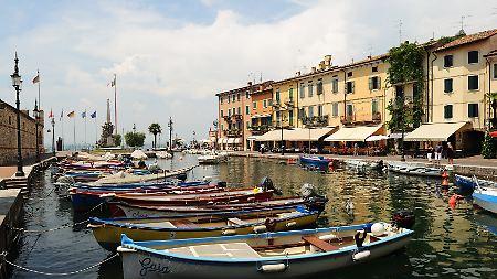 Am Ostufer des Gardasees finden Urlauber hübsche Städtchen wie Lazise.