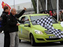 PS - Das AutomagazinMit Wasserstoff einmal um die Welt  Anfang des Jahres schickt Daimler drei Autos mit alternativem Brennstoffzellenantrieb auf eine Reise um die Welt. Die Fahrt der B-Klasse-Fahrzeuge mit dem umweltfreundlichen Antrieb geht durch 14 Länder. In 125 Tagen legen sie 30.000 Kilometer zurück. Mit dem sogenannten F-CELL World Drive wirbt Daimler für eine umweltfreundliche Antriebstechnologie.