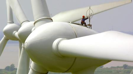 An windlosen Tagen können Windräder keinen Strom erzeugen.