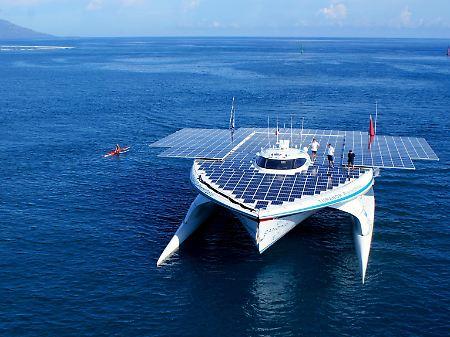 A tripulação de quatro membros estão no PlanetSolar 300 metros quadrados.  Koller é alheia à tripulação do barco.