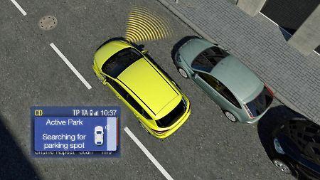 Autofahrer lassen sich beim Einparken durch aktive Assistenzsysteme gerne helfen.