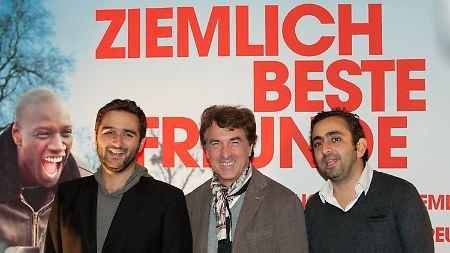 """Der Schauspieler François  Cluzet (M) mit den Regisseuren Olivier Nakache (r) und Eric Toledano beim Beginn der 11. Französischen Filmwoche im Kino International in Berlin - """"Ziemlich beste Freunde"""" war der Eröffnungsfilm."""