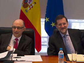 Visivelmente aliviado: Montoro, da Espanha o ministro das Finanças eo primeiro-ministro Rajoy (direita).