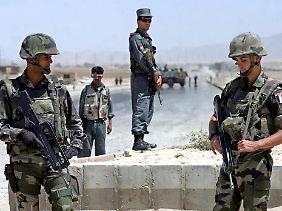Soldados franceses e afegãs em patrulha no Afeganistão.