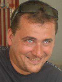 """Heinrich Hall ist Archäologe und lebt seit zehn Jahren in Athen. Er ist Mitarbeiter des Reiseunternehmens Peter Sommer Travels, für das er Touren durch Griechenland und die Türkei begleitet. Außerdem ist er Mitherausgeber des vor Kurzem erschienenen """"Blue Guide to the Greek Islands""""."""