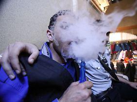 Os membros da cena Emo no Iraque, se escondendo atrás das nuvens de fumaça.  Você não quer ser reconhecido.