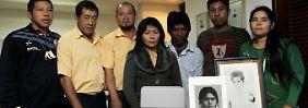 A Delegação da Aché indígena leva os restos mortais da menina na recepção.