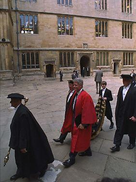 Vestidos longos podem aqui os homens como o ex-presidente dos EUA, Bill Clinton durante algum tempo, realizada em Oxford.