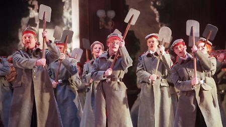 """Der kopflose Soldat und das Spatenballett (im Bild) in der """"Csardasfürstin"""" sorgten für einen handfesten Theaterskandal, der vor Gericht endete."""
