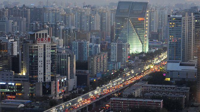 Tráfego à noite na capital da China em Pequim.
