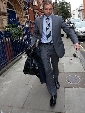 Um policial em 28 de  Outubro, na casa de Gary Glitter em Londres de provas.